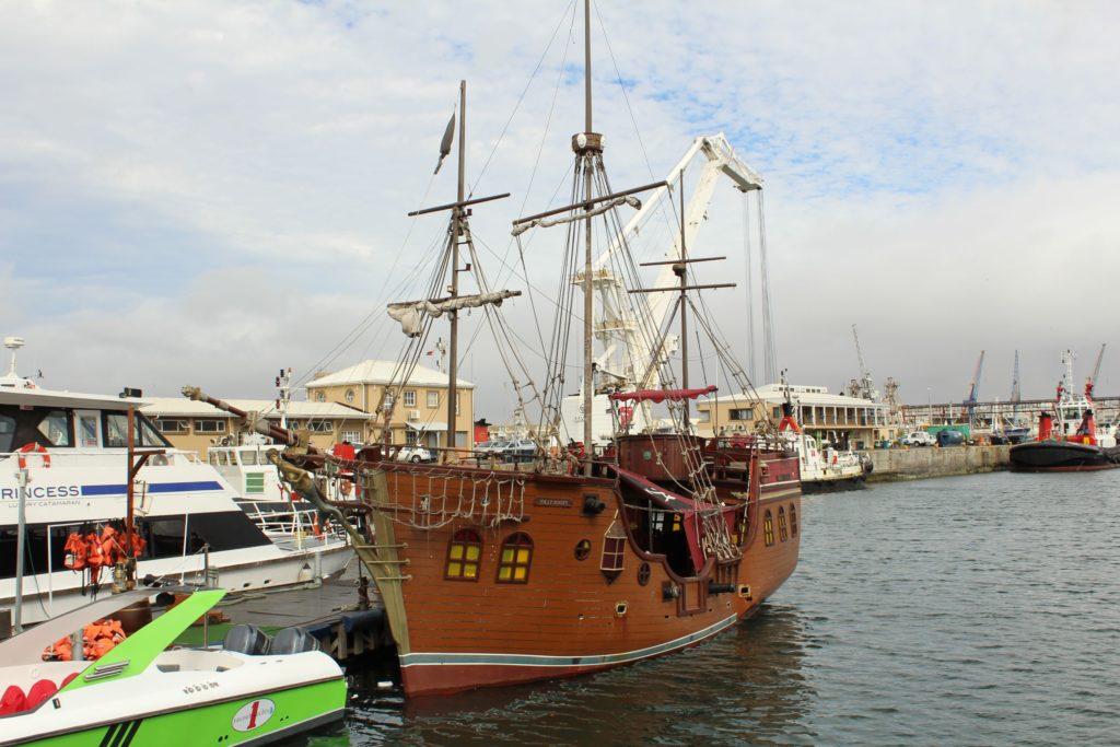 Piratenschiff Jolly Roger an der Waterfront